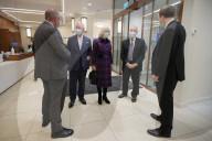 ROYALS - Print Charles und Camilla besuchen Hospital in Birmingham