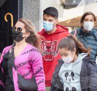 PEOPLE - Atletico Madrids Fussballspieler Luis Suarez und seine Familie shoppen in Madrid