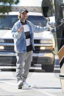 PEOPLE -Justin Bieber hilft seinem Fahrer beim Einparken seines massiven Tour-Busses