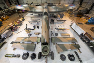 FEATURE - Wie ein lebensgrosser Bausatz: Teile eines Lancaster-Bombers in einem Hangar werden zusammengebaut