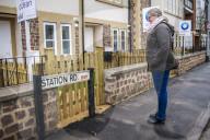 FEATURE - Schildbürgerstreich: Strassenschild versperrt den Zugang zur Wohnung