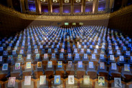 NEWS - Coronavirus: Per Selbstporträt dabei: Bilder auf den Sitzen des Prager Rudolfinums als Publikum während des Konzerts der Tschechischen Studentenphilharmonie