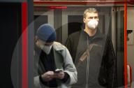 NEWS - Coronavirus: Pendler*innen mit Maske in Prag