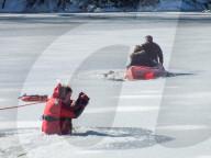 NEWS - Eisrettung: Ein Polizeibeamter rettet Mutter und Kind aus dem gefrorenen Passaic River in New Jersey