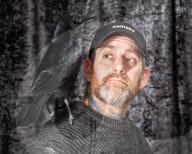 FEATURE - Der hat 'nen Vogel: Lee Calvert zieht die adoptierte Krähe Russell Crow daheim in Weymouth auf