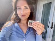 NEWS - Coronavirus: Lesley Pilgrim bekommt versehentlich einen Ausweis mit Schutzmaske auf dem Passfoto