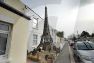 FEATURE - Wegen der Corona-Reisebeschränkung stellt sich ein britisches Paar ein Eiffelturm-Modell vor ihre Wohnung