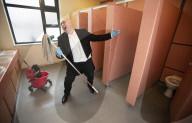 FEATURE - Schulputzer Paul Michael verblüfft Schüler mit seinen atemberaubenden Operngesängen