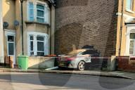 NEWS - Volltreffer: Mercedes crashed in Londoner Endreihenhaus
