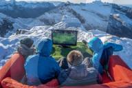 FEATURE - Freunde spielen FIFA auf ihrer Xbox auf dem Gipfel des Store Blamann in Norwegen