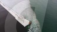 FEATURE - Ein Leuchtturm ist mit meterlangen Eiszapfen bedeckt am Grand Haven Pier in Michigan, USA