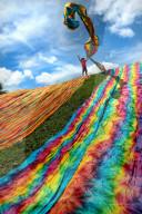 FEATURE - Arbeiter trocknen riesige Bahnen gefärbter Baumwolle