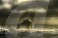 FEATURE - Wellen am Pier formen Kopf eines Wolfes
