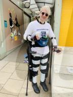FEATURE - Gelähmter Simon Kindleysides geht mit dem Exoskelett in 4 Wochen über 200 Kilometer