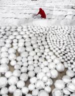 FEATURE - Tausende von Töpfen einer Silberfabrik in Bangladesch an der Sonne getrocknet