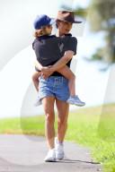 PEOPLE - Natalie Portman spaziert mit ihren Eltern in Sydney