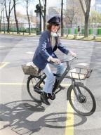 PEOPLE - Lou Doillon verlässt die Studios von Radio France auf ihrem E-Bike