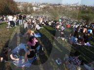 NEWS - Coronavirus: Polizei im vollen Primrose Hill Park in London