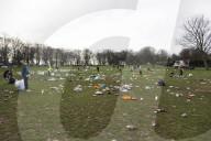 NEWS - Coronavirus: Gemeindearbeiter säubern den Woodhouse Moor Park in Leeds nach Partynacht