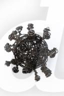 NEWS - Nicht Ansteckend: Coronaviren aus Drahtgeflecht von Künstler Peter Ehrentraut