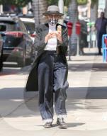 PEOPLE - Diane Keaton mit Louis Vuitton-Brieftasche unter dem Arm geniesst ein Eis