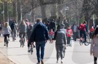 NEWS - Coronavirus: In London zieht es über Ostern die Leute ins Freie
