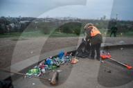 NEWS - Coronavirus: Ein Gemeindearbeiter säubert den Hang von Primrose Hill im Norden Londons von Müll