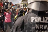 NEWS - Ohne Masken und Abstand: Corona-Proteste in Stuttgart