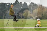 FEATURE - Samuel Pickwick fährt als Präsident des ältesten Fahrradclubs der Welt mit seinem originalen Penny Farthing der Coventry Machinist Company von 1872