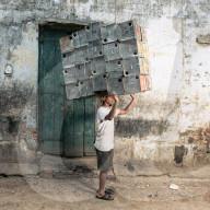 FEATURE -  Sie transportieren schwere Lasten auf dem Kopf: Marktträger im Hafen von Kolkata