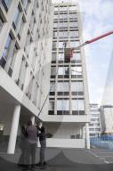 FEATURE - Weltrekord: Fensterreinigungsfirma putzt Fenster mit einer riesigen 35m langen Stange