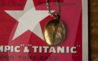 FEATURE - Ein goldenes Medaillon, das der Geiger auf der Titanic seiner Geliebten schenkte, bevor er an Bord ging, steht für 20'000 Pfund zum Verkauf