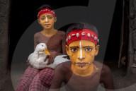 FEATURE - Indioen: Darsteller bemalen ihre Gesichter als traditionelle Götter und Dämonen in Westbengal