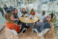 NEWS - Coronavirus:  Essen in Kuppeln auf der Terrasse des Somerset House in London
