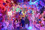 FEATURE - Wunschkarten in einer Passage in romantischem Licht in Chengdu, China