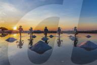 FEATURE - Salzarbeiter bei Sonnenaufgang in Vietnam