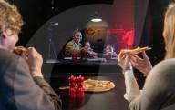 NEWS - Coronavirus: Die Zukunft nach Covid? Virtuelles gemeinsames Pizza-Essen an verschiedenen Orten dank Virgin Medias Two Hearts Pizzeria Konzept