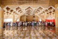FEATURE - Gläubige spiegeln sich im glatten Boden einer neuen Moschee in Bangladesch