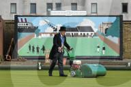 FEATURE - Sir Graham Hart mäht in traditioneller Kleidung den Rasen auf dem ältesten Bowling Green der Welt