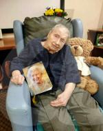 FEATURE - <Die Hundertjährigen Eric und Dorothy Dowdy, die als Ehepaar gemeinsam ihren Geburtstag feiern