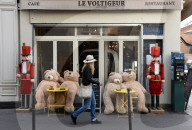 NEWS - Coronavirus: Der Teddybär ist zum Maskottchen der Pariser Cafés geworden