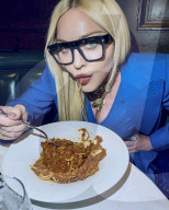 PEOPLE - Socialmedia: Madonna isst Pasta