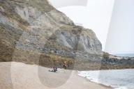 NEWS - Gefährlich: Fossiliensucher nach einem massiven 4000 Tonnen Felssturz an der Küste in Dorset
