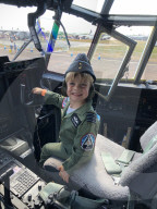 FEATURE -  Ein siebenjähriger Flugbegeisterter hat seine erste Flugstunde absolviert