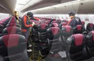 NEWS - Coronavirus: Mitarbeiter von Japan Airlines (JAL) desinfizieren Flugzeugkabinen