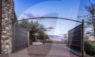 PEOPLE - Steven Seagal bietet sein Haus mit kugelsicheren Fenstern in der WŸste Arizonas zum Kauf an