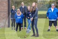 ROYALS - Kate Middleton lacht als sie beim Golfspielen den Ball verfehlt, beim Besuch einer Kinderhilfsorganisation in Durham