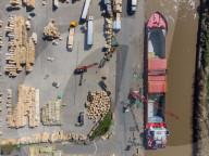 FEATURE - Holz wird vom Frachter Storetbeker im Hafen von Wisbech, Cambridgeshire, entladen