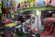 FEATURE - Indonesische Muslimin shoppt Kopftücher in einem Laden in Bogor, Indonesien