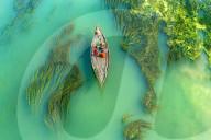 FEATURE - Fischerboote scheinen auf Algen zu schweben
